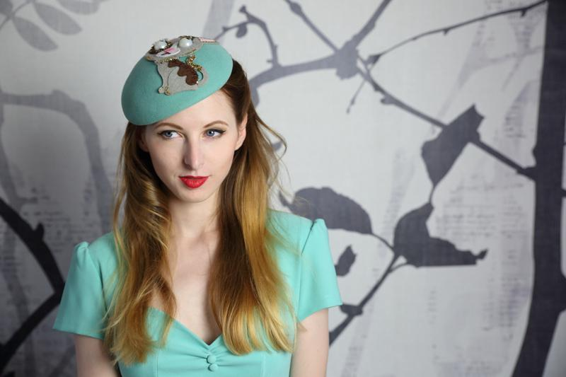 IMAGE - Mint handblocked soft felt baret-like fascinator. Decorated with a felt kitten and glitter.