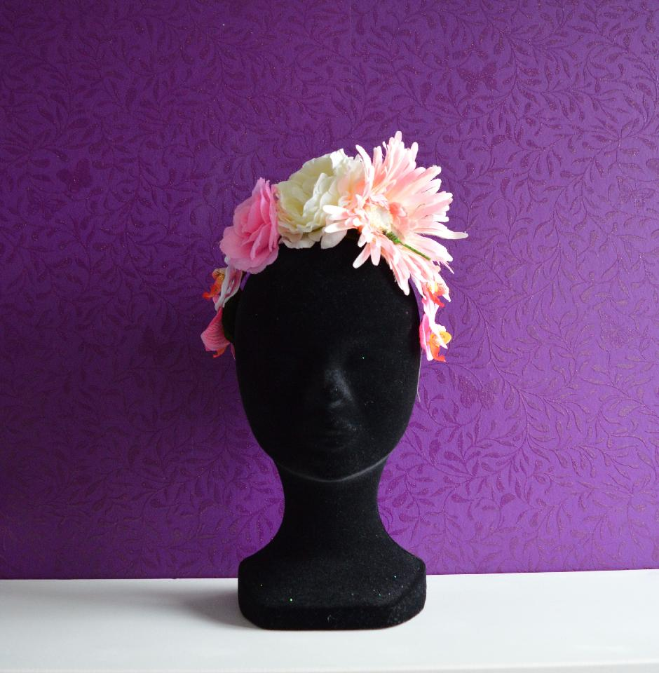 IMAGE - Flower crown of different flowers in various shades of pink, finished with a dragonfly. Mounted on a thin metal headband.